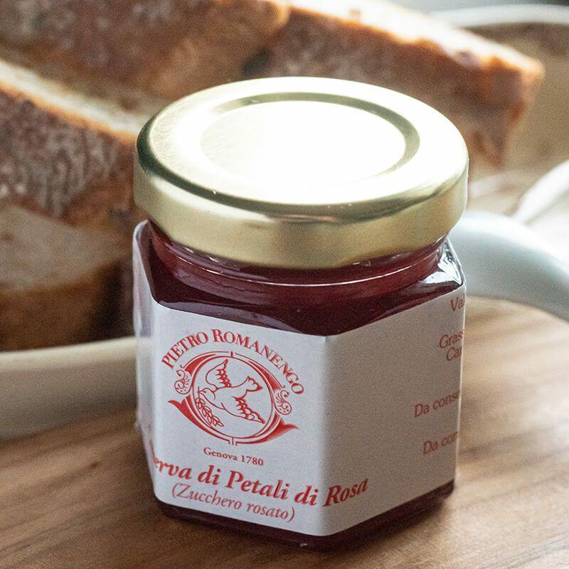 紅茶にジャムを入れてローズティーに